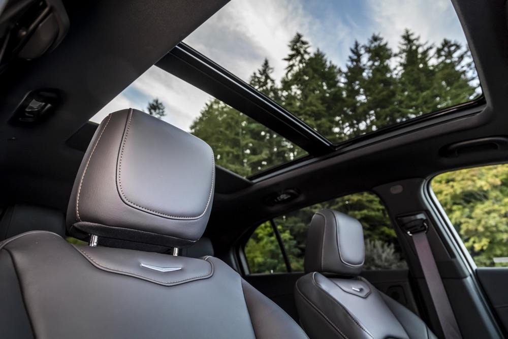 suv Cadillac XT4 2020, tetto panoramico