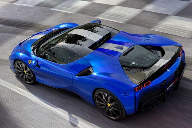 Ferrari-Sf90-spider-tetto-blu