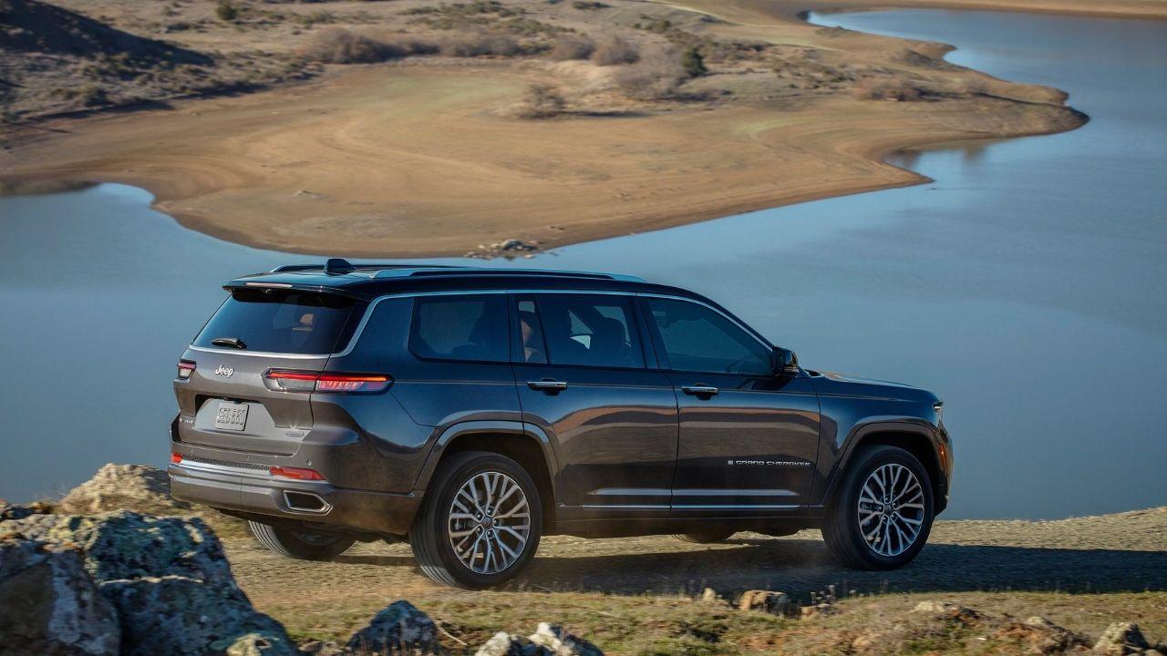 Jeep-Grand-Cherokee-L-posteriore-lago