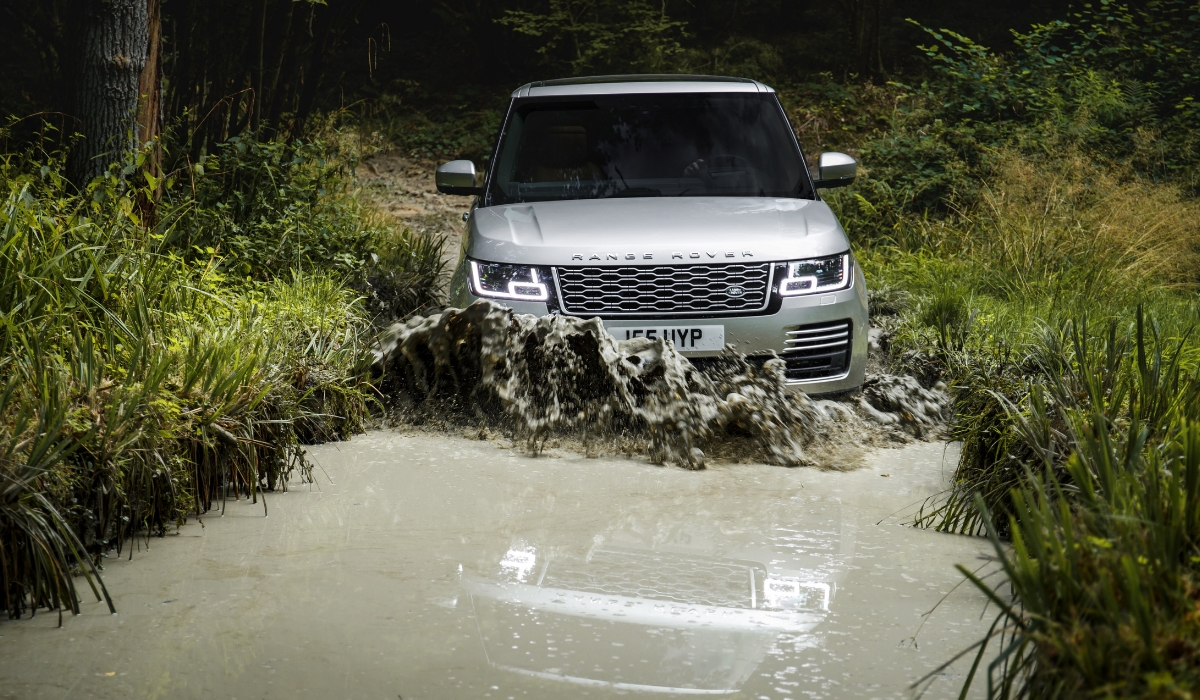 Land-Rover-Range-Rover- -PHEV-off-road
