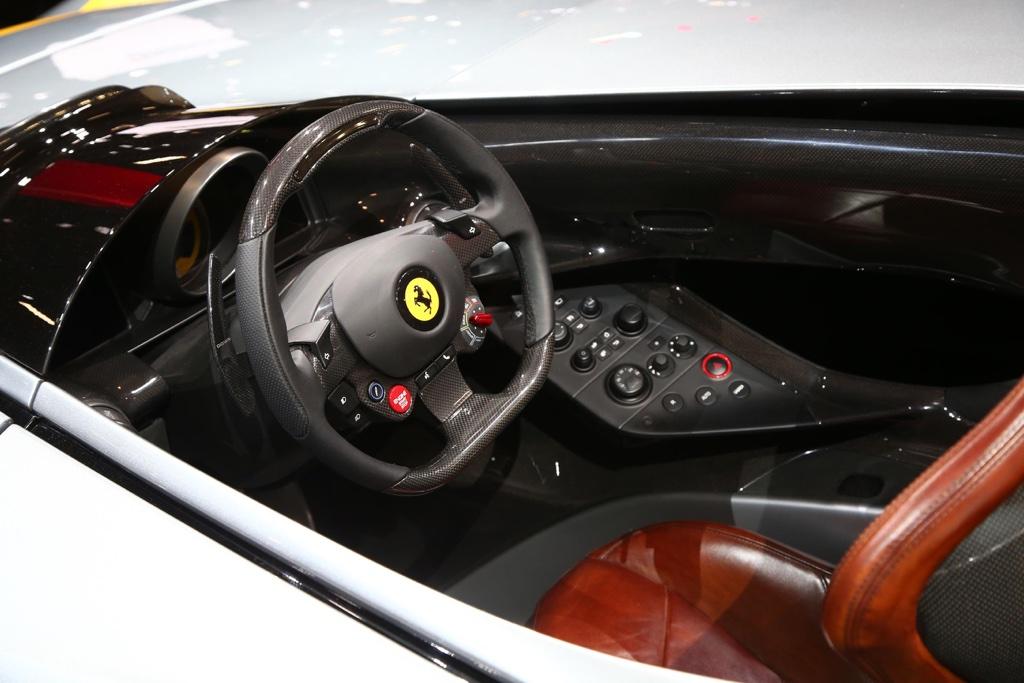 Interni di Ferrari Monza SP1 al Salone di Parigi 2018