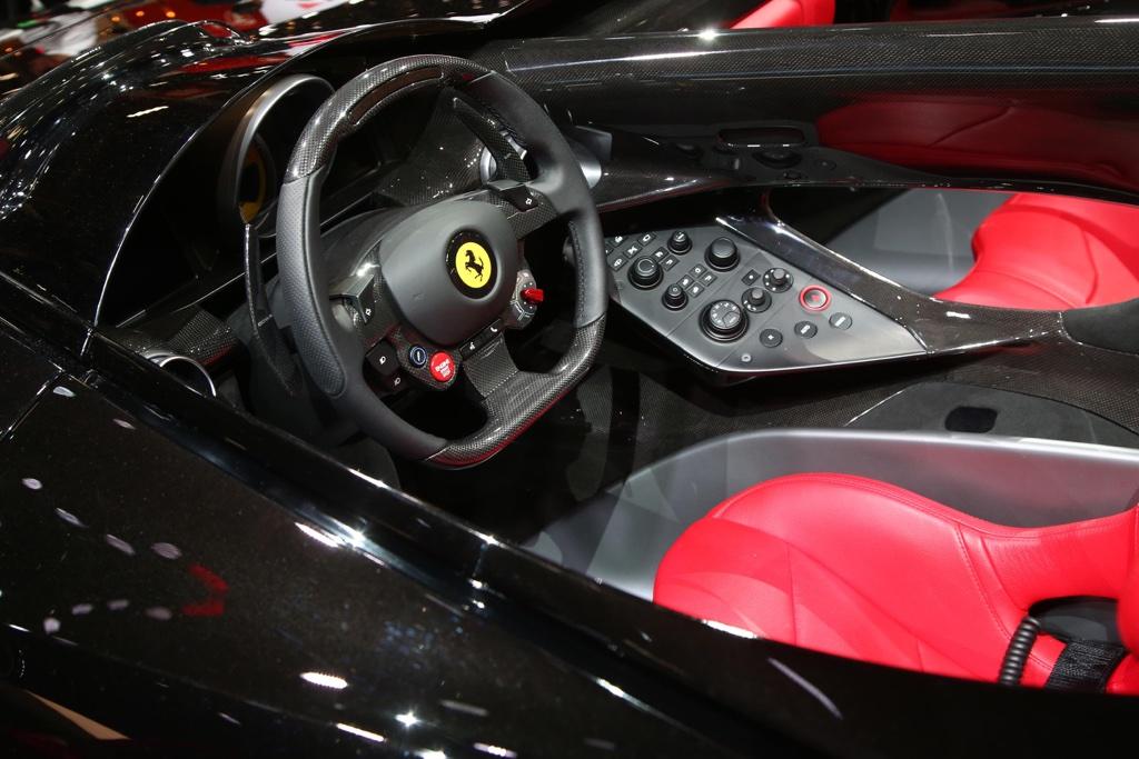 Interni di Ferrari Monza SP2 al Salone di Parigi 2018