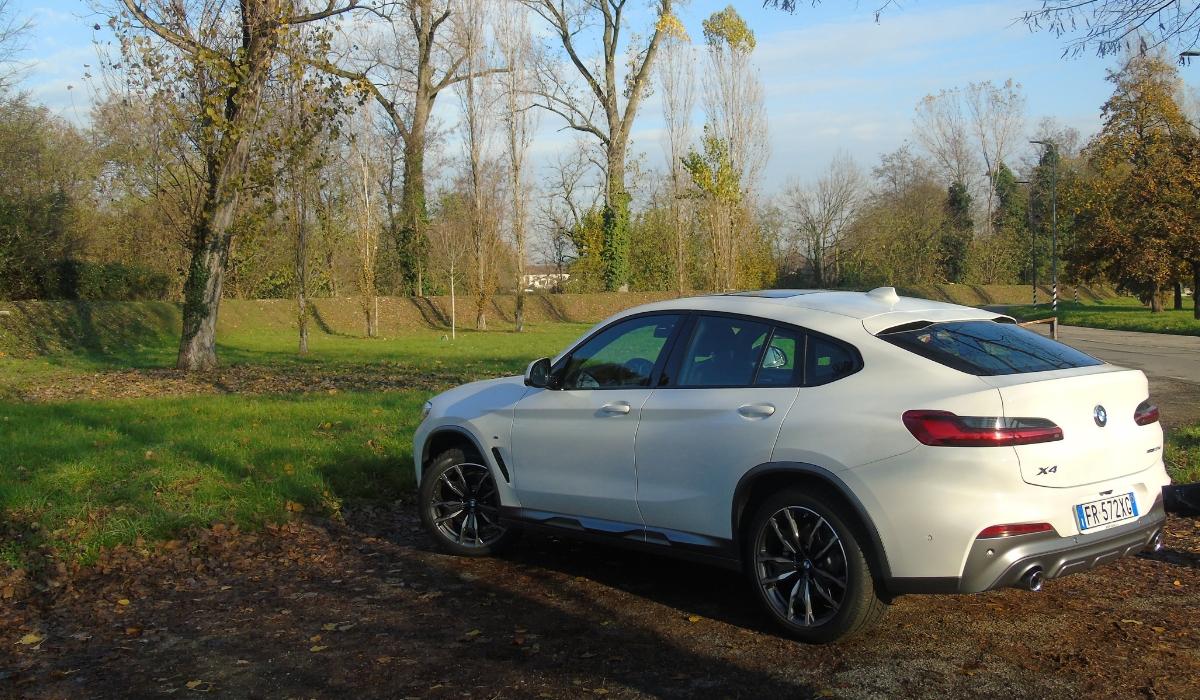 Nuova BMW X4 bianca