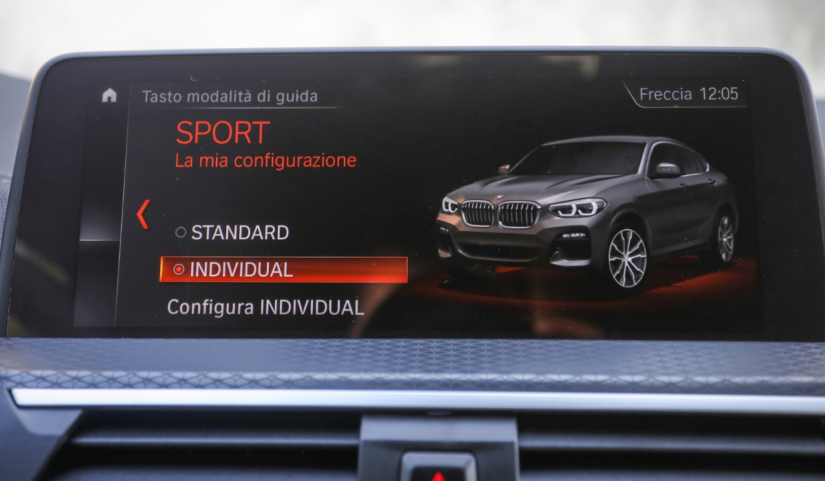 Nuova BMW X4 schermo sistema multimediale