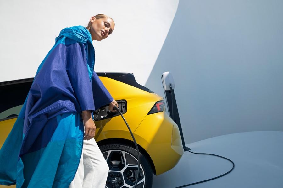 Nuova Opel Astra ricarica ibrida