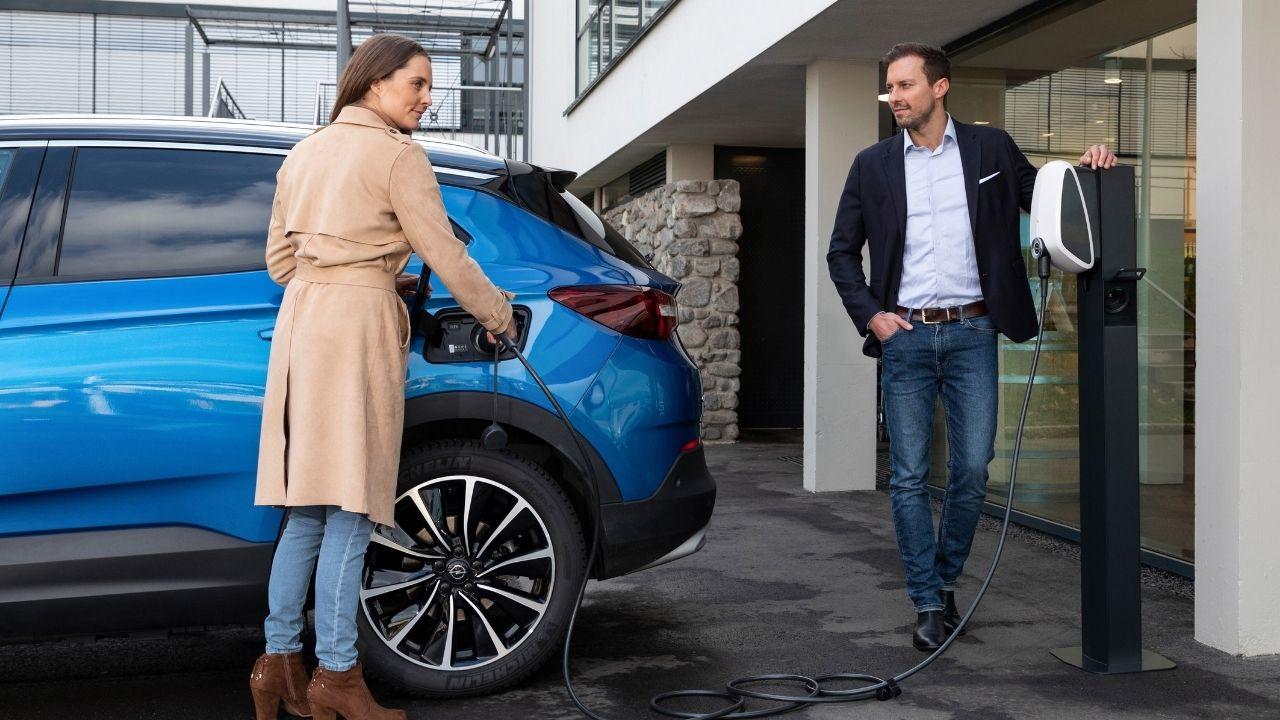 Opel-Grandland-X-ricarica-elettrica