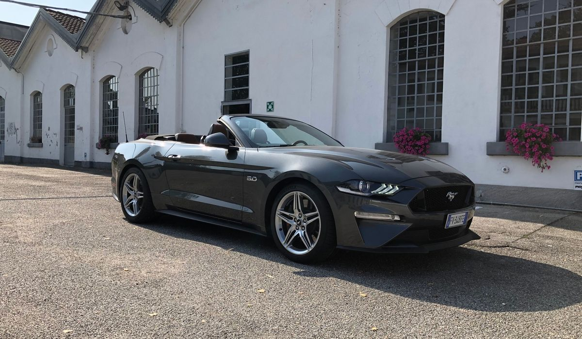 Nuova Ford Mustang V8 GT cabrio grigia