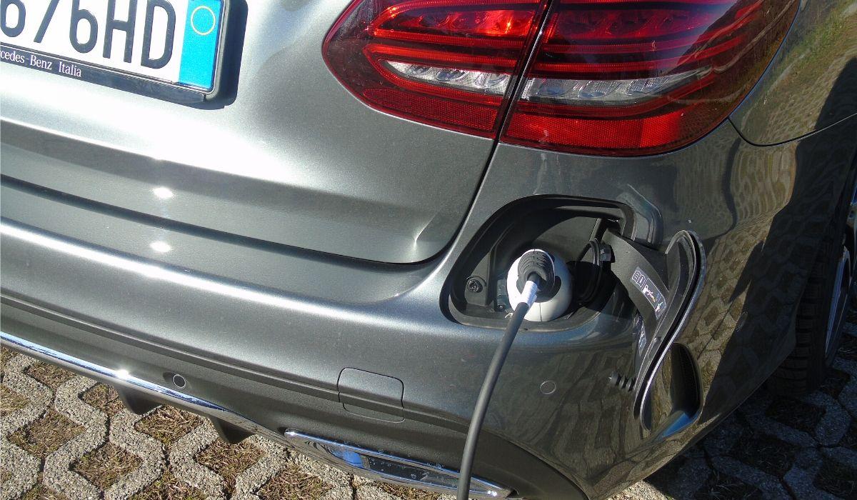 Mercedes Classe C diesel ibrida plug-in ricarica batteria