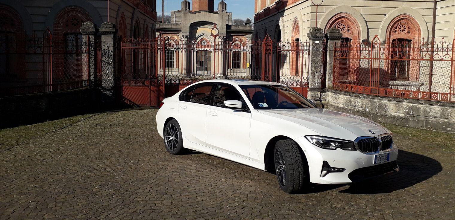 Nuova BMW 330e ibrida plug-in 2020
