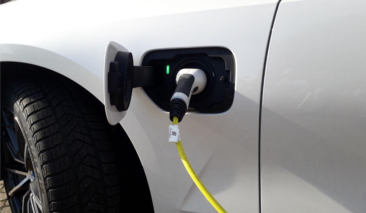 Nuova BMW 330e presa ricarica batteria