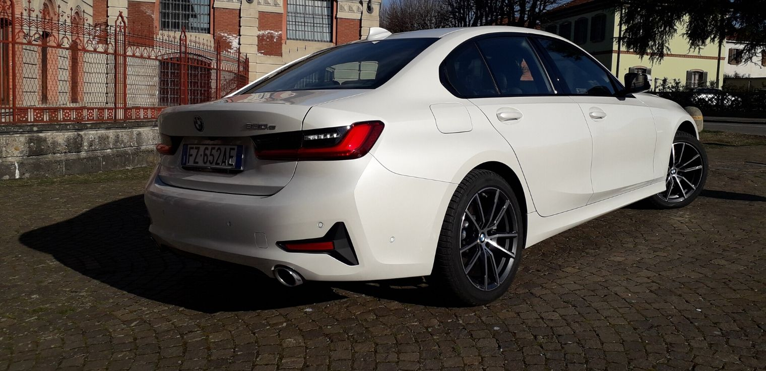 Nuova BMW Serie 3 ibrida plug-in bianca