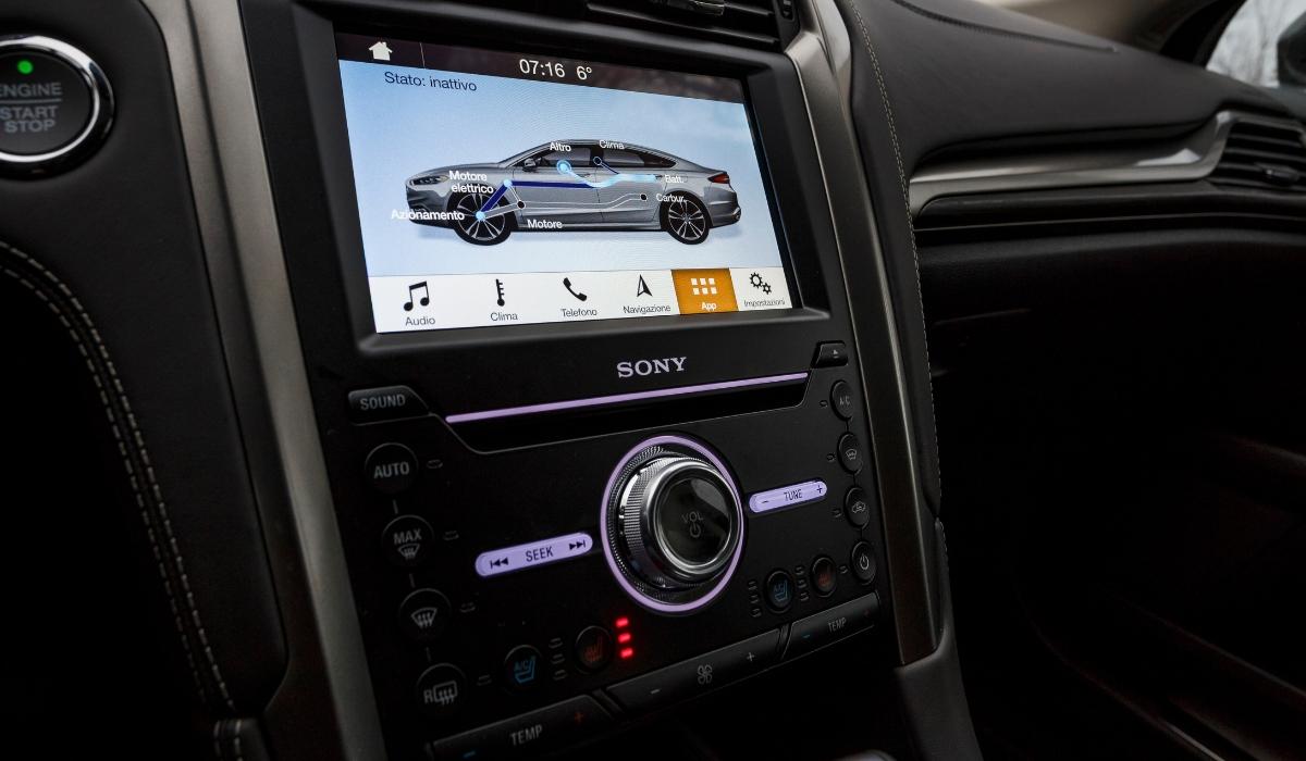 Nuova Ford Mondeo wagon hybrid 2019 schermo multimediale