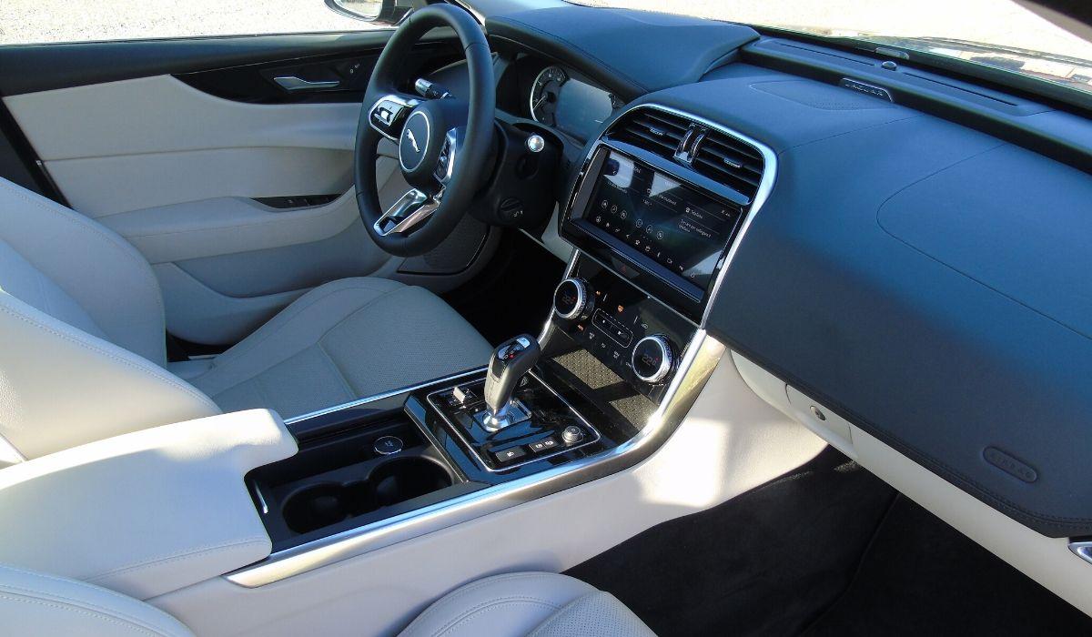 Nuova Jaguar XE 2020 abitacolo