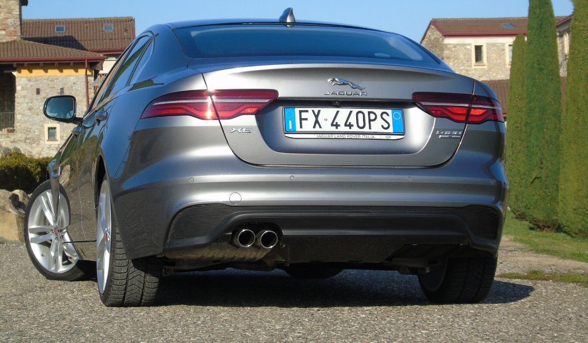 Nuova Jaguar XE 2020 terminali di scarico