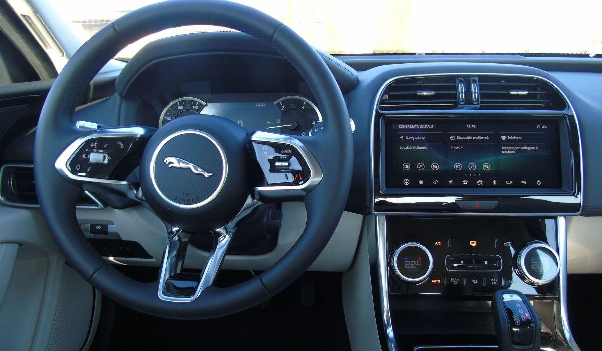 Nuova Jaguar XE 2020 volante