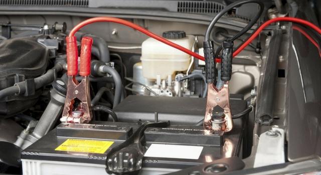Cavi batteria auto tra gli oggetti da tenere sempre in auto