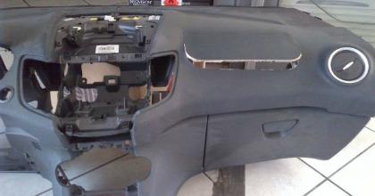Un cruscotto con l'airbag esploso