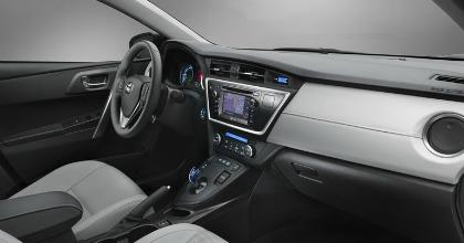 Gli interni della Auris Hybrid