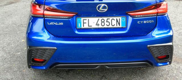 Nuova Lexus CT Hybrid blu