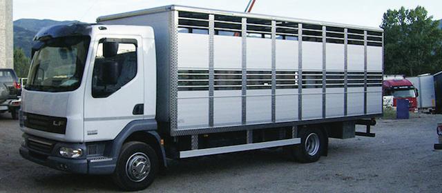 un camion per il trasporto di animali vivi