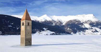 La porzione di campanile che emerge dal Lago di Resia
