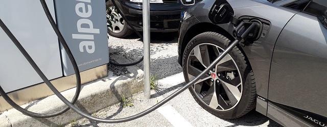 auto elettrica che si ricarica