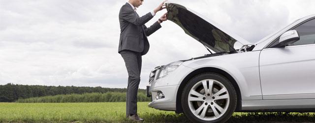 Controllo motore prima di un viaggio in auto