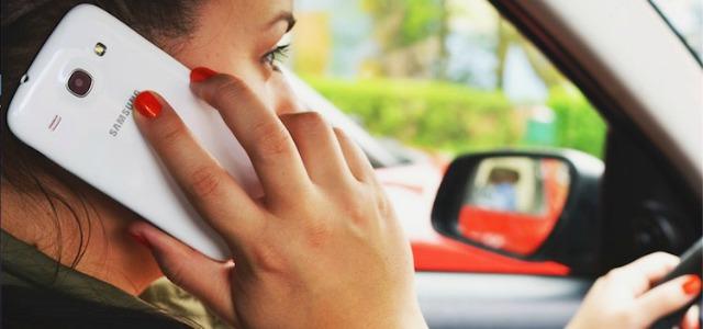 donna cellulare alla guida