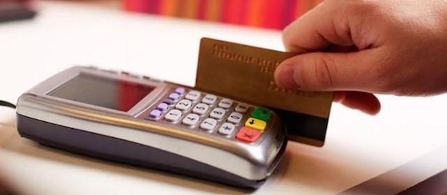 immagine generica di persona che paga con la carta di credito