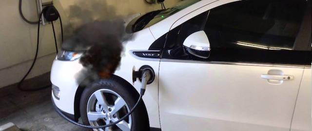 Il fumo sprigionato dall'incendio della batteria su un'auto elettrica