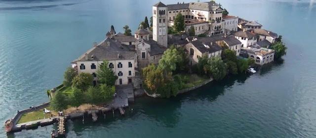 L'Isola di San Giulio è l'unica isola del Lago d'Orta in Piemonte