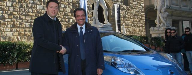 L'auto elettrica Nissan LEAF nel 2012 davanti al Comune di Firenze