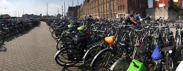 Uno dei tipici parcheggi di biciclette ad Amsterdam