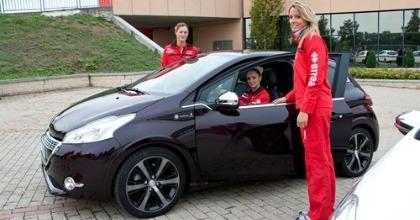 Tre giocatrici del team con la Peugeot 208 XY