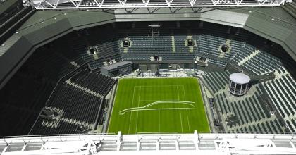 Sull'erba di Wimbledon le linee della Nuova Jaguar XF Sportbrake