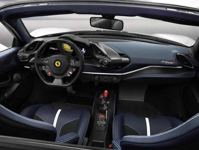 Interni di Ferrari 488 Pista Spider