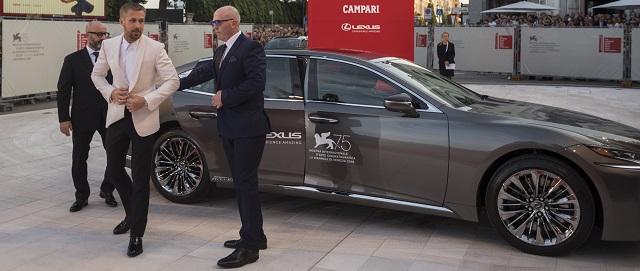 Lexus Ux presentata al festival di Venezia Ryan Gosling