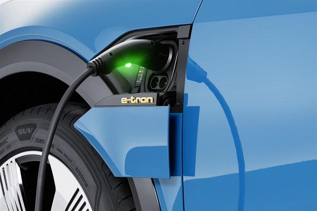Ricarica di Audi e-tron suv elettrico