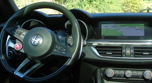 Nuova Alfa Romeo Stelvio Quadrifoglio abitacolo