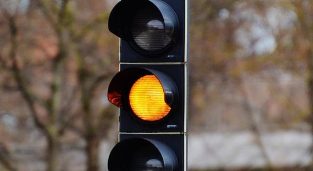 Multa passaggio semaforo rosso durata luce gialla breve