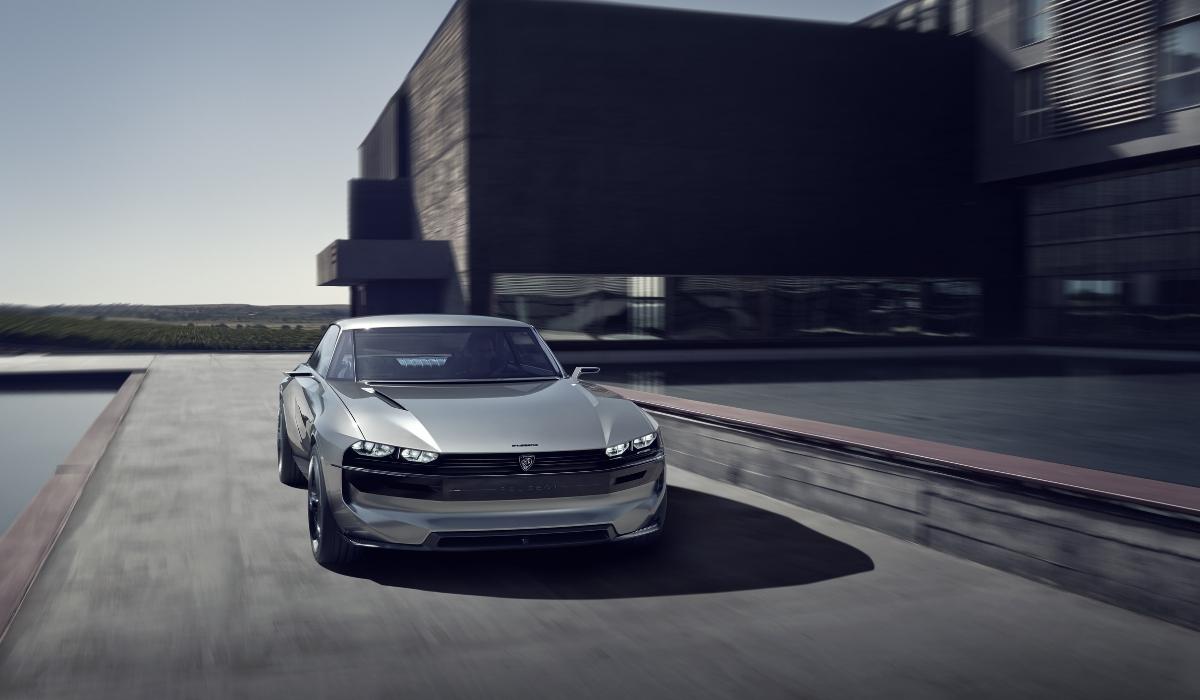 concept car Peugeot e-Legend su strada