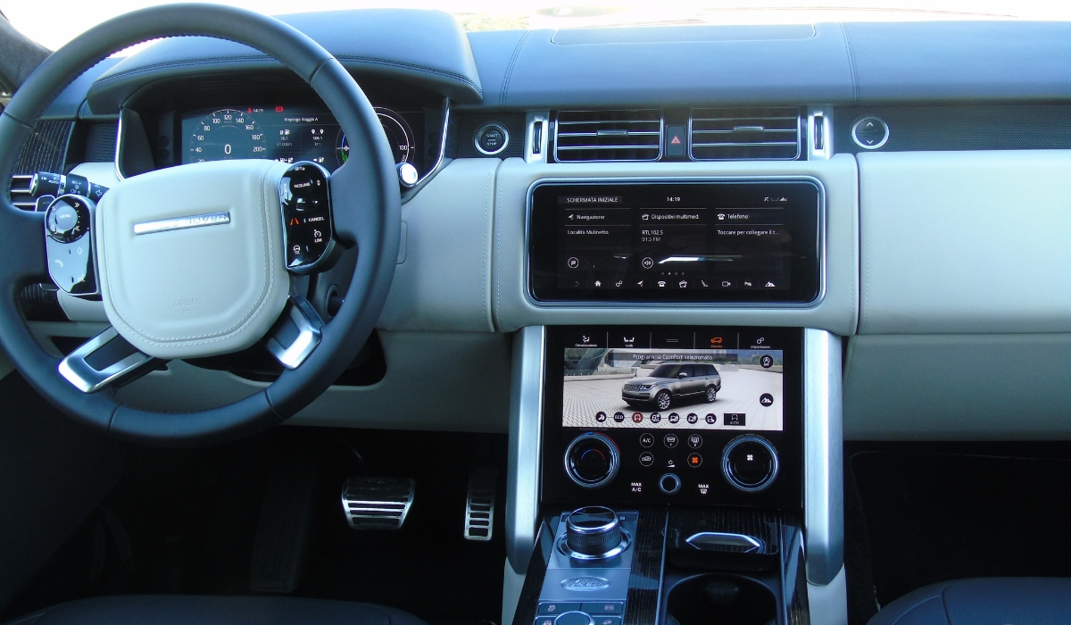 Land Rover Range Rover PHEV sistema infotainment abitacolo
