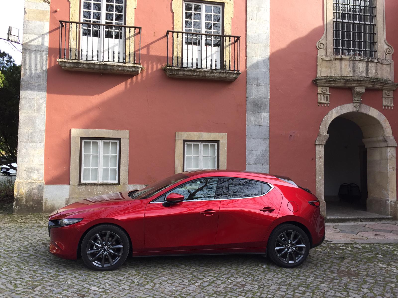 Il design degli esterni della nuova Mazda3: linee da berlina compatta