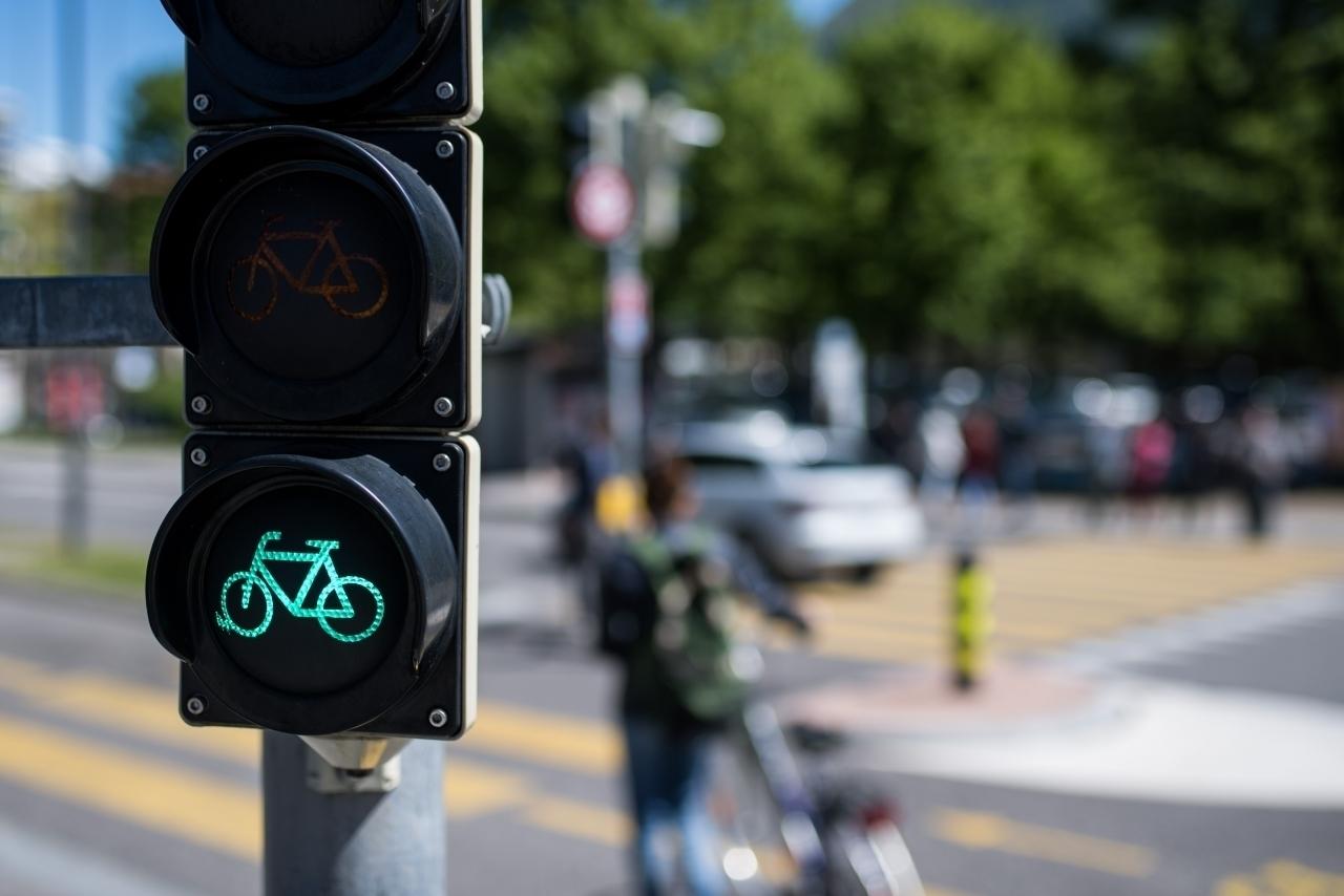 pista ciclabile con il semaforo per velocipedi