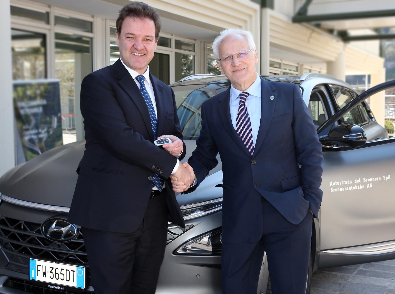 Andrea Crespi, Direttore Generale di Hyundai Italia, e Luigi Olivieri, Presidente di Autostrade del Brennero: la consegna ufficiale di Hyundai Nexo Fuel Cell