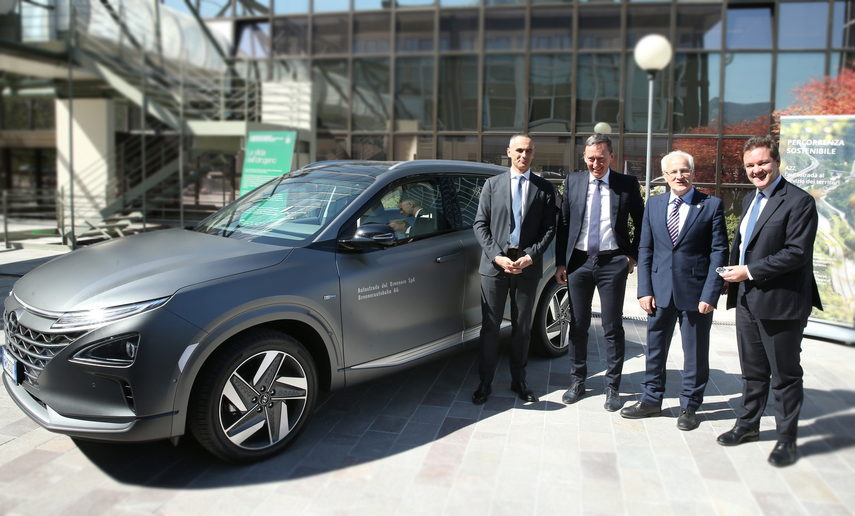 Hyundai Italia consegna la nuova Nexo Fuel Cell all'A22 - Autostrade del Brennero