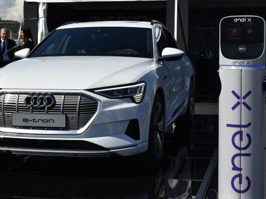 Nuova Audi e-tron ricarica colonnina Enel X