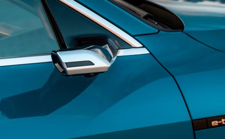 Specchietti retrovisori esterni digitali Audi e-tron Suv elettrico