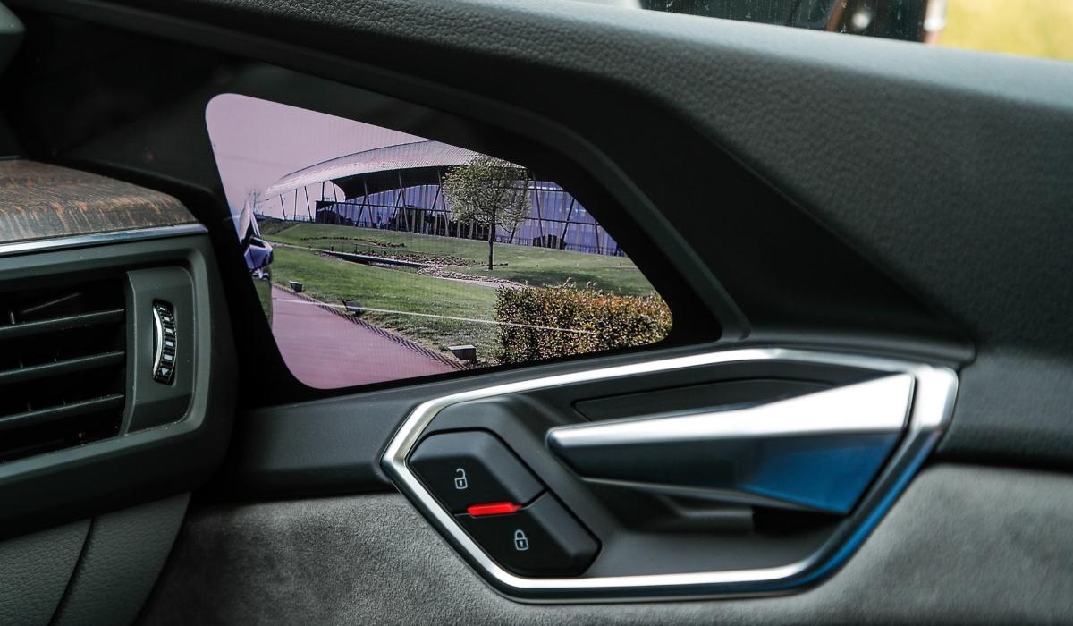 Specchietti retrovisori esterni digitali