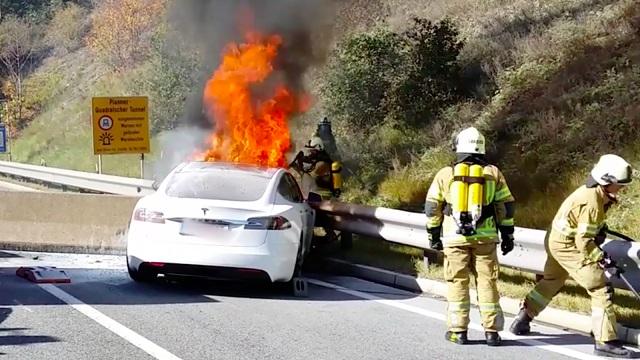 auto elettrica in fiamme